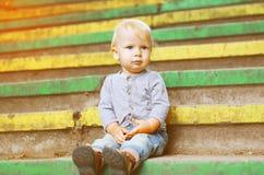 Petit enfant reposant dehors l'été Images stock
