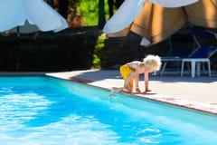 Petit enfant sautant dans la piscine Photo libre de droits