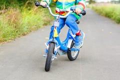 Petit enfant sur le premier vélo Mains d'enfant Photo libre de droits