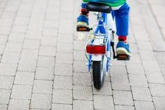 Petit enfant sur le premier vélo Mains d'enfant Photographie stock libre de droits