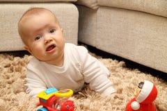 Petit enfant sur le tapis Photo stock