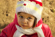 Petit enfant triste pensant dans le jour d'hiver ensoleillé Photo libre de droits