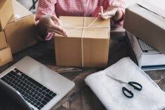 Petit entrepreneur de jeune entrepreneur de démarrage travaillant à la maison, photographie stock