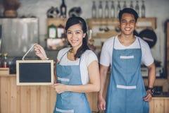 Petit entrepreneur heureux prêt à ouvrir son café photo libre de droits