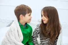 Petit entretien d'amis, de garçon et de fille Le concept de l'amour et du Valen Images libres de droits