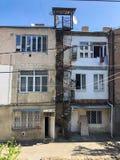 Petit escalier de fer circulaire de vis sur une construction de logements de trois étages typique de panneau o photos stock