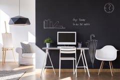Petit espace de travail avec le mur de tableau noir à la maison Photographie stock libre de droits