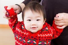 Petit essai de bébé à marcher images libres de droits