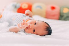 petit essai nouveau-né de bébé pour atteindre la mère ou l'appareil-photo photo libre de droits