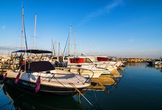 Petit et calme port de yacht avec plusieurs yachts lumineux Photos stock