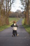 Petit faire du vélo de garçon photo libre de droits