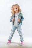 Petit fashionista posant dans le costume de denim images stock