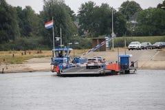 Petit ferry-boat au-dessus de la rivière IJssel aux Pays-Bas Photographie stock libre de droits