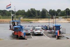 Petit ferry-boat au-dessus de la rivière IJssel aux Pays-Bas Image libre de droits