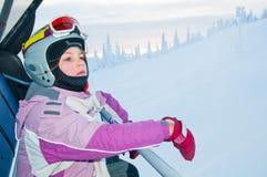 Petit fille-skieur sur le levage de ski photographie stock