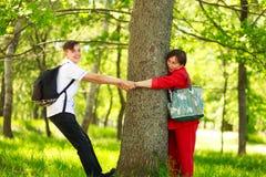 Petit-fils de garçon jouant en bois avec la grand-mère en parc d'été Image libre de droits