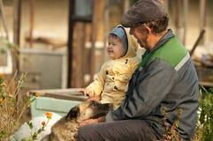 Petit-fils et grand-père heureux Photo stock