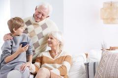 Petit-fils, grand-maman et grand-papa images libres de droits