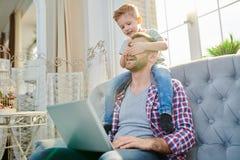 Petit fils mignon salissant avec le papa photographie stock libre de droits