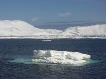 Petit flottement d'iceberg Image stock