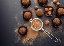 Petit four de chocolat avec des noisettes Images stock