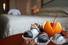 Petit-Four im Hotelzimmer Lizenzfreie Stockfotografie