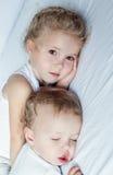Petit frère avec du charme et soeur endormis Image stock