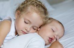 Petit frère et soeur avec du charme Photographie stock libre de droits