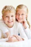 Petit frère et soeur ensemble pour toujours Photographie stock libre de droits