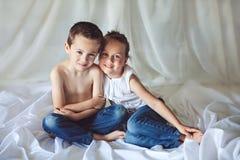 Petit frère et soeur mignons à la maison Image libre de droits