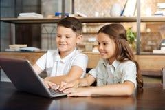 Petit frère et soeur surfant le Web ensemble Photo libre de droits