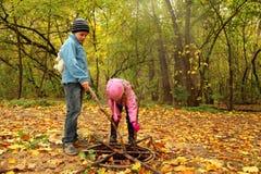 Petit frère et soeur en stationnement d'automne Photo stock