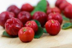 Petit fruit de cerise d'Acerola avec la quantité élevée C Vi photographie stock libre de droits