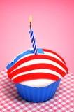 Petit gâteau américain avec la bougie Photo libre de droits