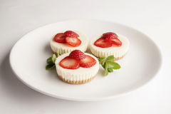 Petit gâteau au fromage de fraise d'un plat Image libre de droits