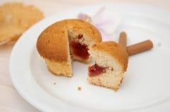Petit gâteau avec de la crème Photo stock