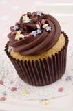 Petit gâteau avec de la crème et des étoiles de beurre de chocolat Photos stock