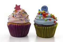 Petit gâteau avec de la crème rose d'isolement sur le fond blanc Photo libre de droits