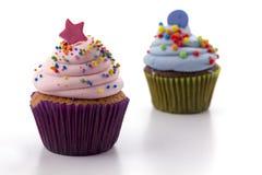 Petit gâteau avec de la crème rose d'isolement sur le fond blanc Images stock