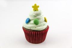 Petit gâteau avec de la crème verte d'isolement sur le fond blanc Photo libre de droits