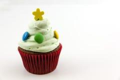 Petit gâteau avec de la crème verte d'isolement sur le fond blanc Photographie stock