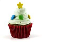 Petit gâteau avec de la crème verte d'isolement sur le fond blanc Photos stock