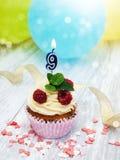 Petit gâteau avec des neuf bougies numérale Image stock