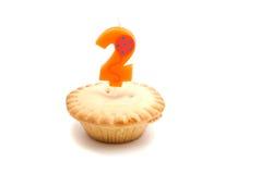 Petit gâteau avec deux ans de bougie d'anniversaire Photo stock