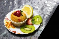 Petit gâteau avec l'écrimage de fraise Images libres de droits