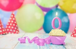 Petit gâteau avec la bougie d'anniversaire pour nouveau-né Photographie stock