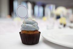 Petit gâteau avec la carte d'endroit Photographie stock