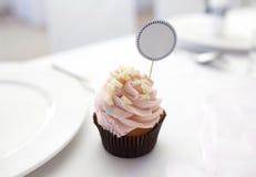 Petit gâteau avec la carte d'endroit Image stock