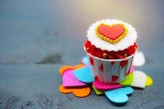 Petit gâteau avec la décoration de coeur sur un fond en bois blanc Concept de jour du ` s d'amour et de Valentine Photos stock