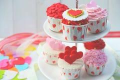 Petit gâteau avec la décoration de coeur sur un fond en bois blanc Concept de jour du ` s d'amour et de Valentine Photographie stock libre de droits